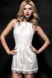 Προκλητική γυναίκα στο άσπρο κοντό φόρεμα με τα κόκκινα χείλια Στοκ Εικόνες