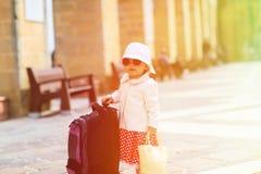 旅行在城市的逗人喜爱的矮小的夫人 免版税库存照片