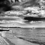 小船钓鱼 在黑白的艺术性的神色 图库摄影