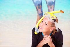 Ευτυχής κολύμβηση με αναπνευστήρα κοριτσιών τουριστών Στοκ εικόνα με δικαίωμα ελεύθερης χρήσης