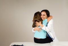 医生女孩水平的拥抱 图库摄影