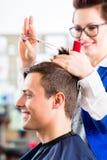 美发师切口人头发在理发店 免版税图库摄影