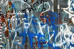 在钢墙壁上的垃圾油漆 免版税库存图片
