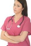 一位美丽的专业严肃有关年轻女性医生的画象有听诊器的 免版税库存照片