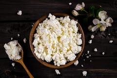 在一个碗的酸奶干酪在木桌上 土气的样式 免版税库存照片