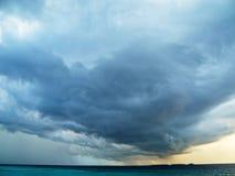 云彩和雷暴在海洋 免版税库存照片