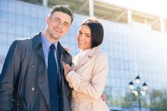 拥抱微笑的美好的夫妇户外 免版税库存图片