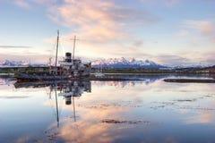 老船待在乌斯怀亚,火地群岛港口  图库摄影