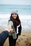 在爱的年轻夫妇在海滩的浪漫步行 图库摄影