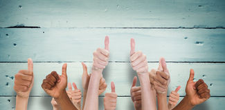 Η σύνθετη εικόνα της παρουσίασης χεριών φυλλομετρεί επάνω Στοκ εικόνα με δικαίωμα ελεύθερης χρήσης