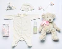 顶视图套如此新出生的女婴的时尚时髦材料 库存图片