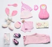 顶视图套女婴的时尚时髦桃红色材料 免版税库存图片