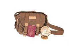 帆布袋子、英国护照和地球 免版税库存照片