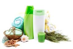 温泉或卫生间概念 香波,奶油,肥皂,毛巾 免版税库存照片