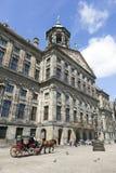 Лошадь и экипаж перед королевским дворцом Амстердамом Стоковая Фотография RF