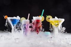 与冰蒸气的鸡尾酒在酒吧书桌上 免版税库存照片