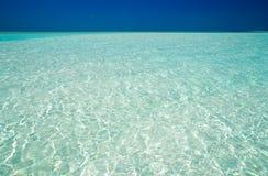 蓝色清楚的海洋水 免版税库存照片