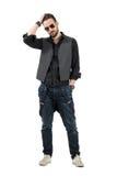 严肃的年轻有胡子的人连续手指通过头发 免版税图库摄影