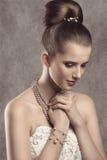 有珍珠的典雅的女孩 免版税库存图片