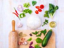 Αλεύρι ζύμης και συστατικών πιτσών και μια κυλώντας καρφίτσα Στοκ εικόνα με δικαίωμα ελεύθερης χρήσης