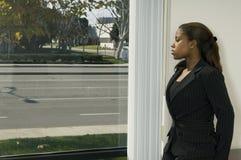 女孩办公室视窗 免版税库存图片