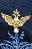 在冬宫加倍朝向的老鹰,圣彼德堡 免版税图库摄影