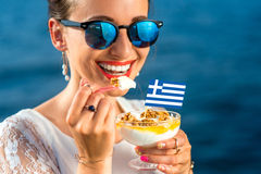 吃希腊酸奶的妇女 免版税库存图片