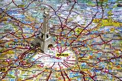 Серебряная Эйфелева башня цвета на карте Парижа Стоковое Изображение RF