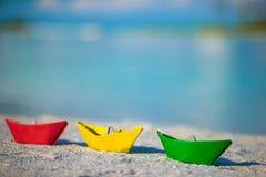 在热带白色海滩的五颜六色的纸小船 库存照片