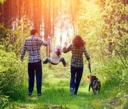 走在森林里的家庭 免版税库存图片