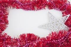 Γιρλαντών πλαίσιο διακοσμήσεων Χριστουγέννων που απομονώνεται ζωηρόχρωμο Στοκ Φωτογραφία