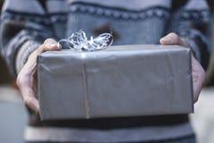 Δώρο Χριστουγέννων με το ασημένιο έγγραφο του Κραφτ Στοκ εικόνα με δικαίωμα ελεύθερης χρήσης