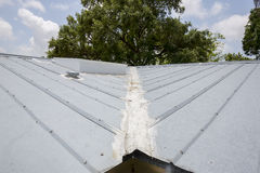 金属屋顶修理 库存照片