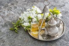茶玻璃和罐 东方假日装饰 银色碗筷 免版税库存图片
