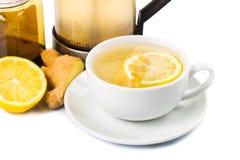 在杯子透明玻璃的热的蜂蜜姜柠檬茶 库存照片