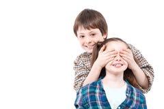 Μικρό παιχνίδι αγοριών με την αδελφή του Στοκ φωτογραφία με δικαίωμα ελεύθερης χρήσης
