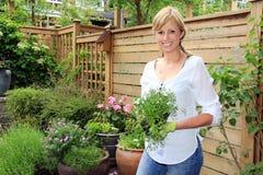 夫人花匠在庭院里 免版税库存照片