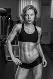 有完善的身体的女孩在健身房 免版税库存图片