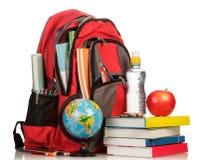 有学校用品的背包 免版税库存图片