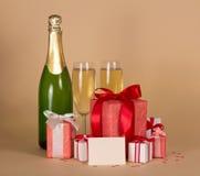 Γυαλιά μπουκαλιών και κρασιού με τα δώρα Στοκ Εικόνα