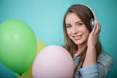 有耳机的快乐的行家妇女和 免版税库存图片