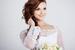 Πορτρέτο της ευτυχούς νύφης στο γαμήλιο φόρεμα, άσπρο Στοκ φωτογραφία με δικαίωμα ελεύθερης χρήσης