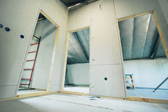 与一个新房的门的空的内部建设中 库存照片