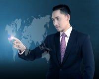 在虚拟世界的亚洲商人接触美国 免版税库存照片
