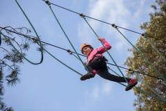 Девушка взбираясь в парке приключения Стоковые Изображения RF