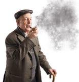 人老管道抽烟 免版税库存图片