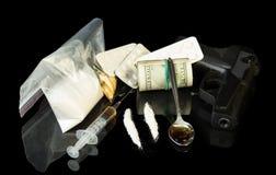 Χρήματα, πυροβόλο όπλο και φάρμακα Στοκ φωτογραφία με δικαίωμα ελεύθερης χρήσης