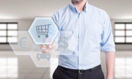 在网上买汽车或支付保险 免版税库存照片