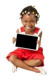 拿着片剂个人计算机的小非裔美国人的女孩 免版税库存图片