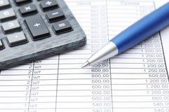 财政纸、笔和计算器 免版税库存照片